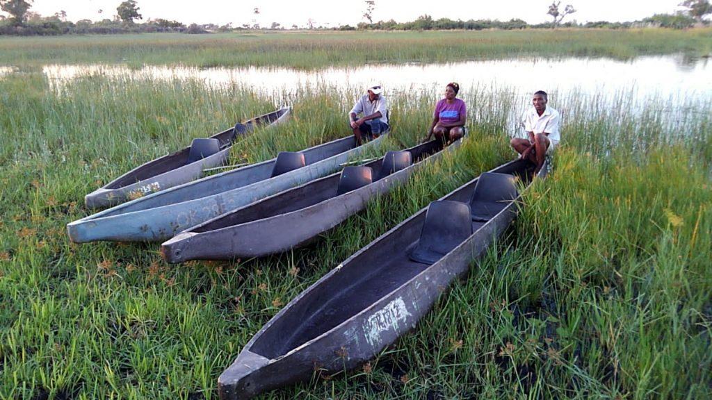 オカバンゴ・デルタ奥地への足、丸木舟のモコロ
