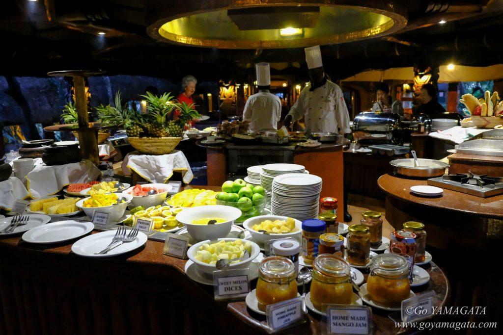 ロッジの食事は品数の多いビュッフェ形式