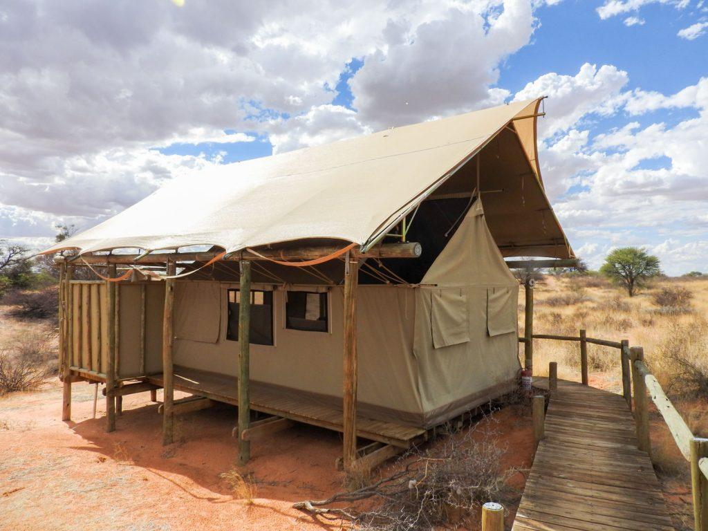 部屋はテント式でベッド、シャワー、水洗トイレ、洗面がついています。