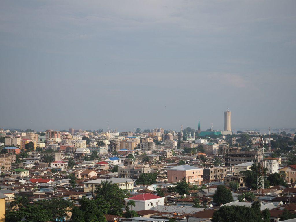 『コンゴ共和国』の首都ブラザヴィル。アフリカ第二の大河コンゴ川のほとりにある街です。20世紀初頭の植民地時代には『フランス領赤道アフリカ』が成立し、その総督府がおかれた街でした。現在は人口140慢人ほど。対岸の『コンゴ民主共和国』の首都キンシャサと併せて大都市圏を形成しています。『コンゴ』という言葉は元々バントゥー語で『山』という意味があります。