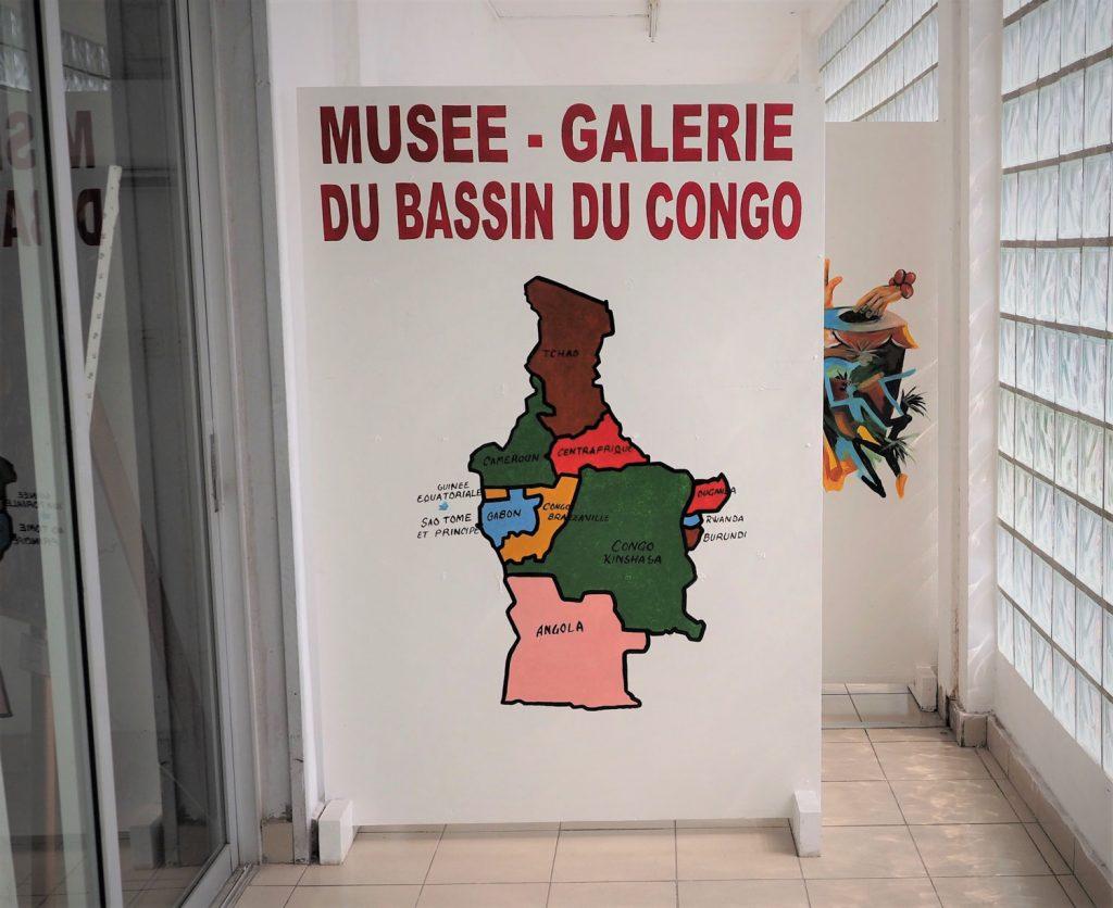 新聞社の中に、地誌学上『コンゴ盆地』に属する国々の伝統文化・現代アートを展示した博物館があります。『コンゴ盆地』とは、『コンゴ共和国』、『コンゴ民主共和国』、『中央アフリカ共和国』、『ガボン』、『チャド』、『カメルーン』、『赤道ギニア』、『アンゴラ』、『サントメ・プリンシペ』、『ウガンダ』、『ルワンダ』、『ブルンディ』の全12ケ国を含むアフリカ大陸の中央部のことを指します。