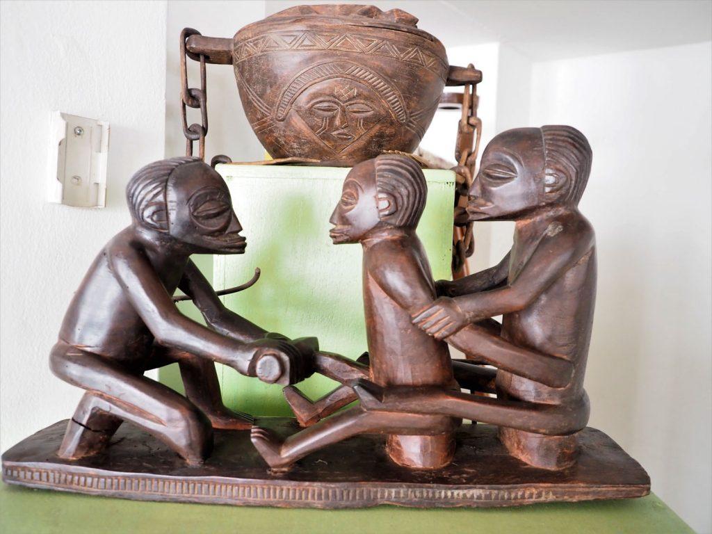割礼の様子を現したもの。これは、中央から東のアフリカに跨るバントゥー語群系民族のやり方です、以前、同じやり方の儀式をタンザニア南部で見たことがあったので、アフリカ大陸内の民族文化の広がりが垣間見れてとても興味深かったです。