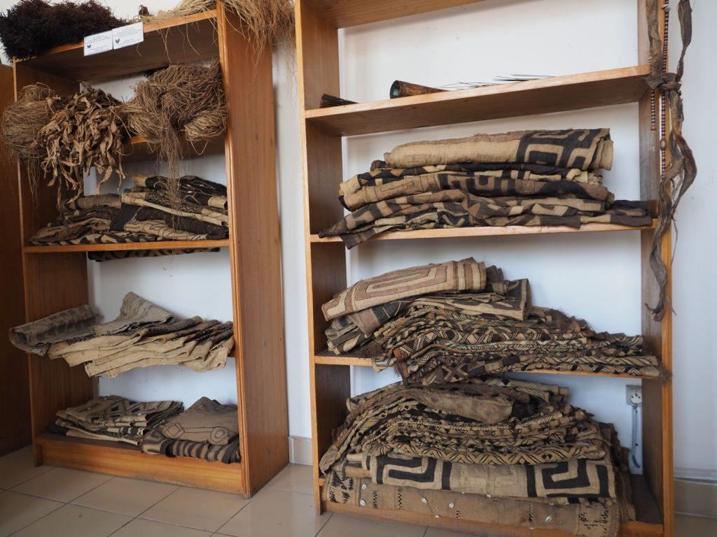 ラフィアから編んだクバ布がどっさり。アフリカン雑貨の中ではかなり高価な逸品です。