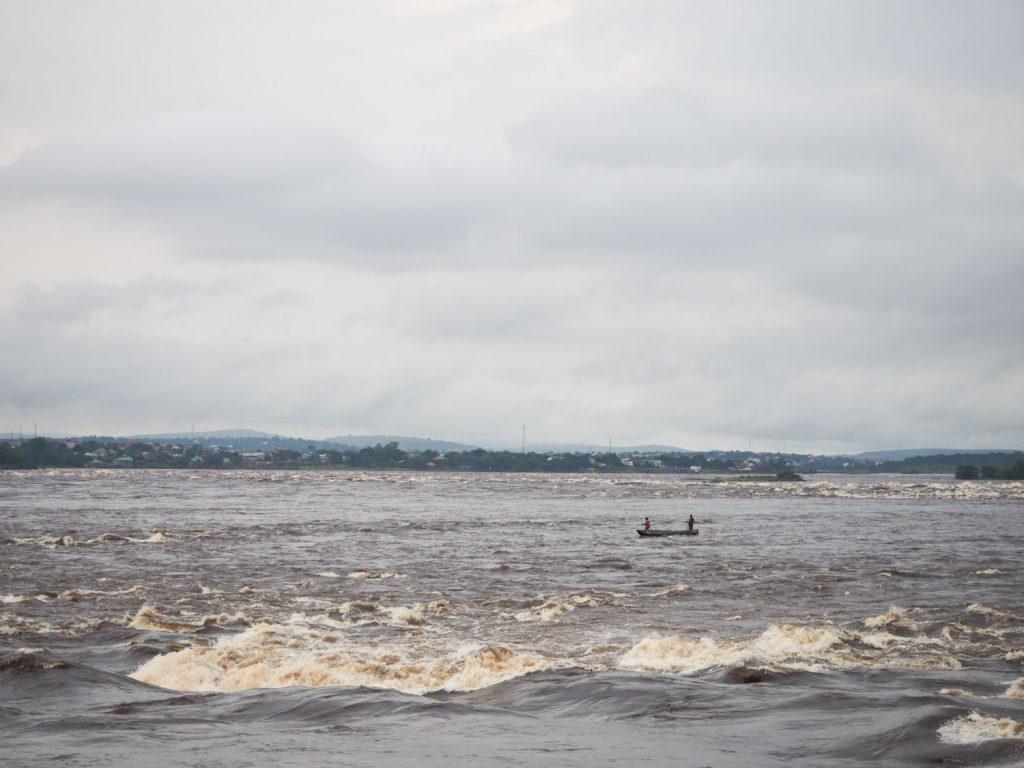 コンゴ川の急流ポイント。荒波の中をナマズ漁に出ている人がいます。