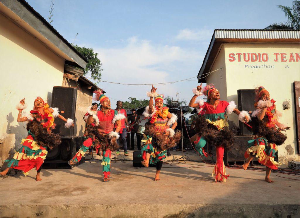 ポト=ポト地区の住宅街の一角で伝統ダンス!これは、前述したテケ民族の人達の伝統衣装です。まさに地元!