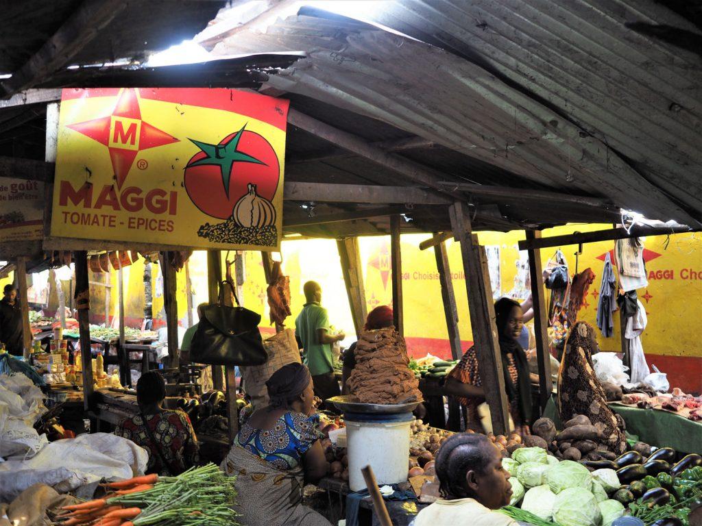 ポト=ポト地区のローカル市場も訪れました。