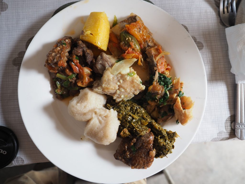 コンゴ・プレート。キャッサバから作ったフフ、ナマズの煮込み、ヤマアラシ肉のソテー、プランテンにサカサカなど。ローカルフード好きにはたまりません。