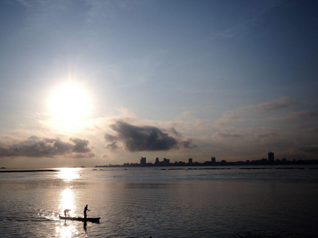 コンゴ川の対岸に聳える大都市キンシャサ。まだ見ぬキンシャサの『サプール』にも心躍ります。