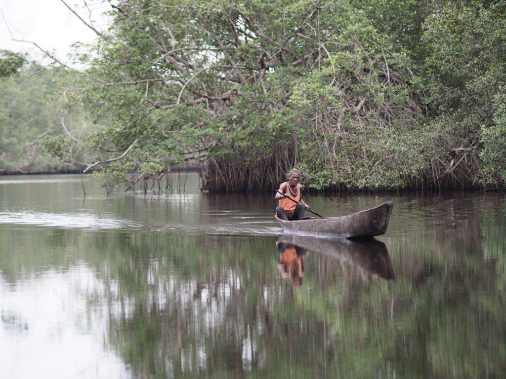 川の中では地元の人もすれ違います。あれ?国立公園のはずでは…汗。