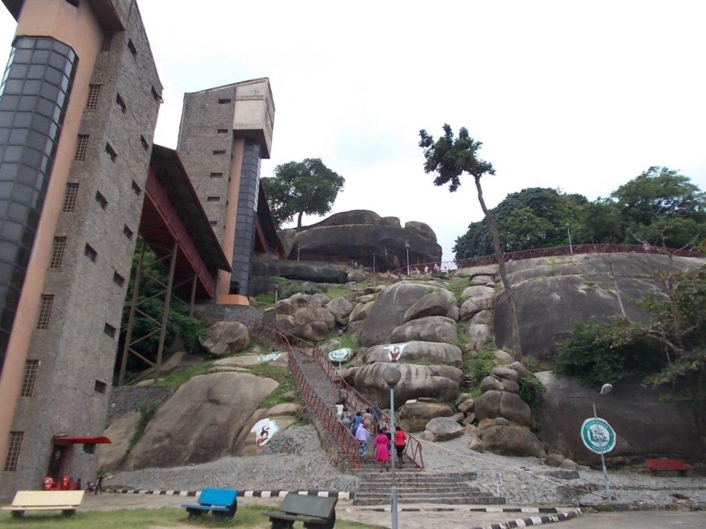 下から見たオルモ岩の全景。エレベーターもありますが歩いても約15分。途中に神社もあります。