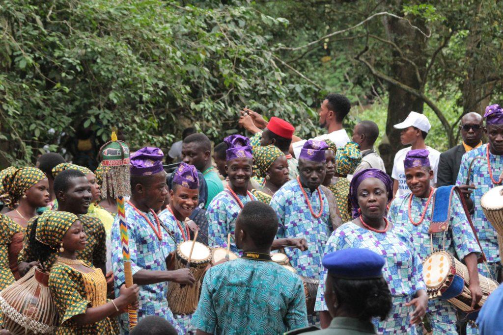 王族や神官達の前で踊りを披露する人たち