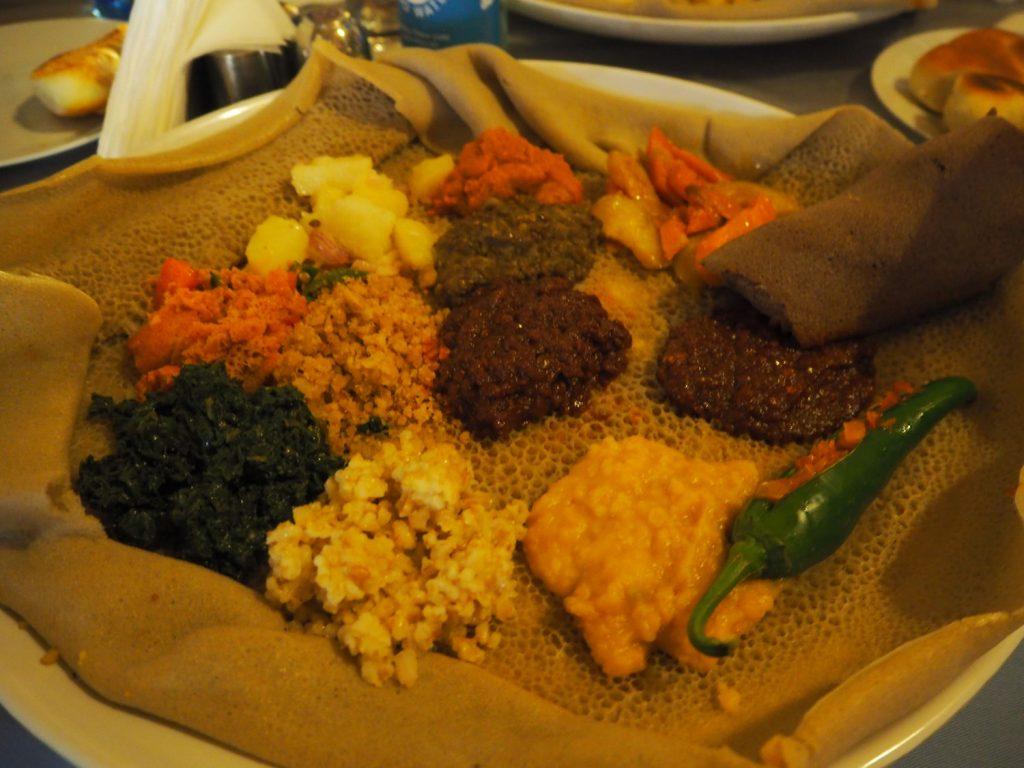 肉や野菜、豆などを辛く煮込んだワットと言われるものと一緒に食べるのが一般的。インジェラは気泡が多ければ多いほど美味しいらしいです!