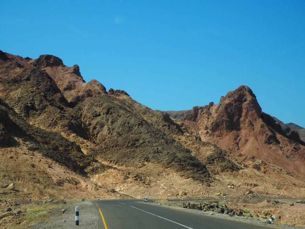 地球の割れ目に位置するアファールトライアングル。目の前には壮大な溶岩台地が広がります。
