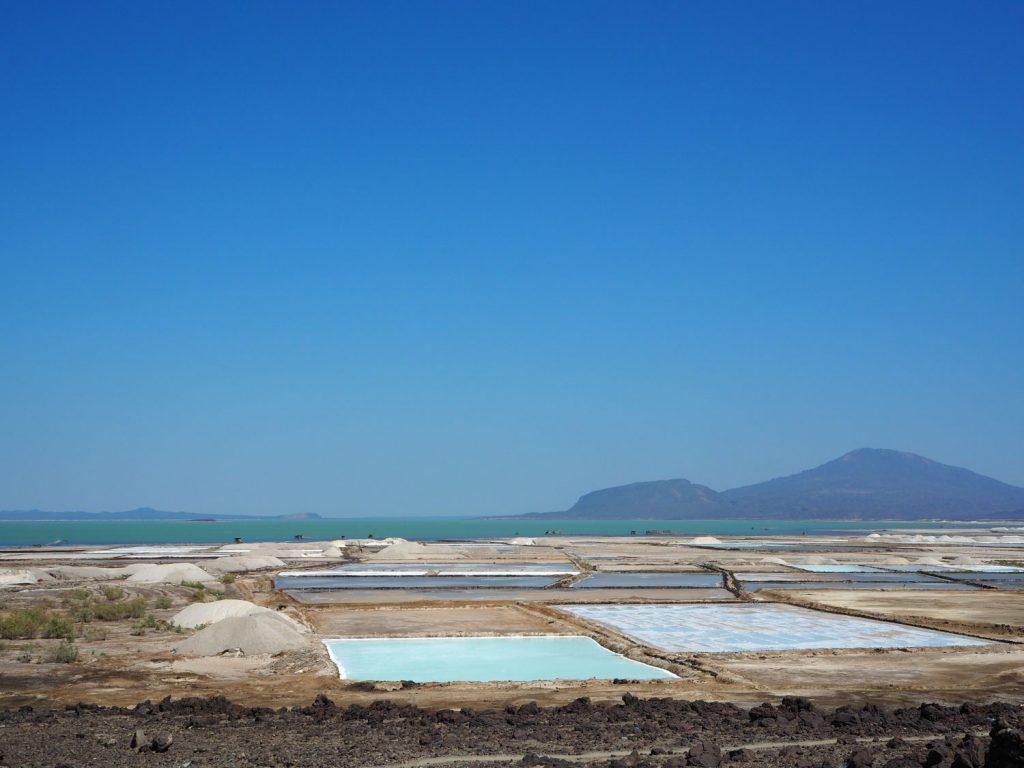 海抜マイナス102mのアフデラ湖。塩分濃度の高いこの湖の周りには塩田が広がっており、アディスアベバで使用されている約80%はこのアフデラ湖で採集されています。