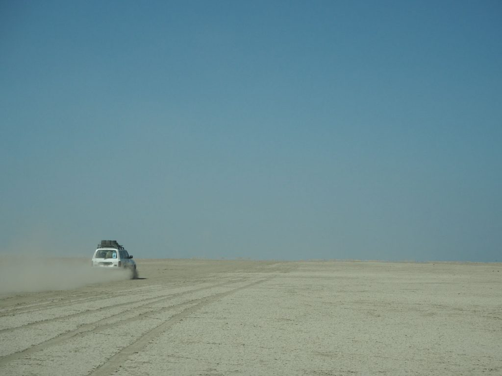 砂漠地帯を超え。