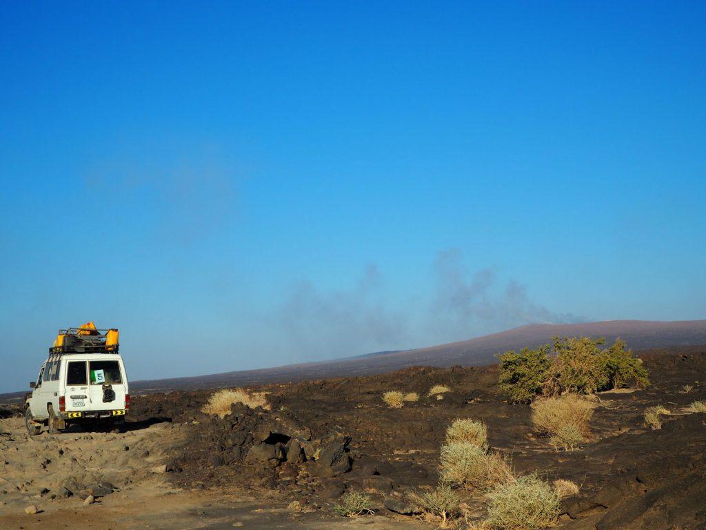 いよいよ、遠くに見えるのが「煙の山」と言われるエルタ・アレ火山。ダナキル砂漠内にある標高613mの世界一低い活火山です。