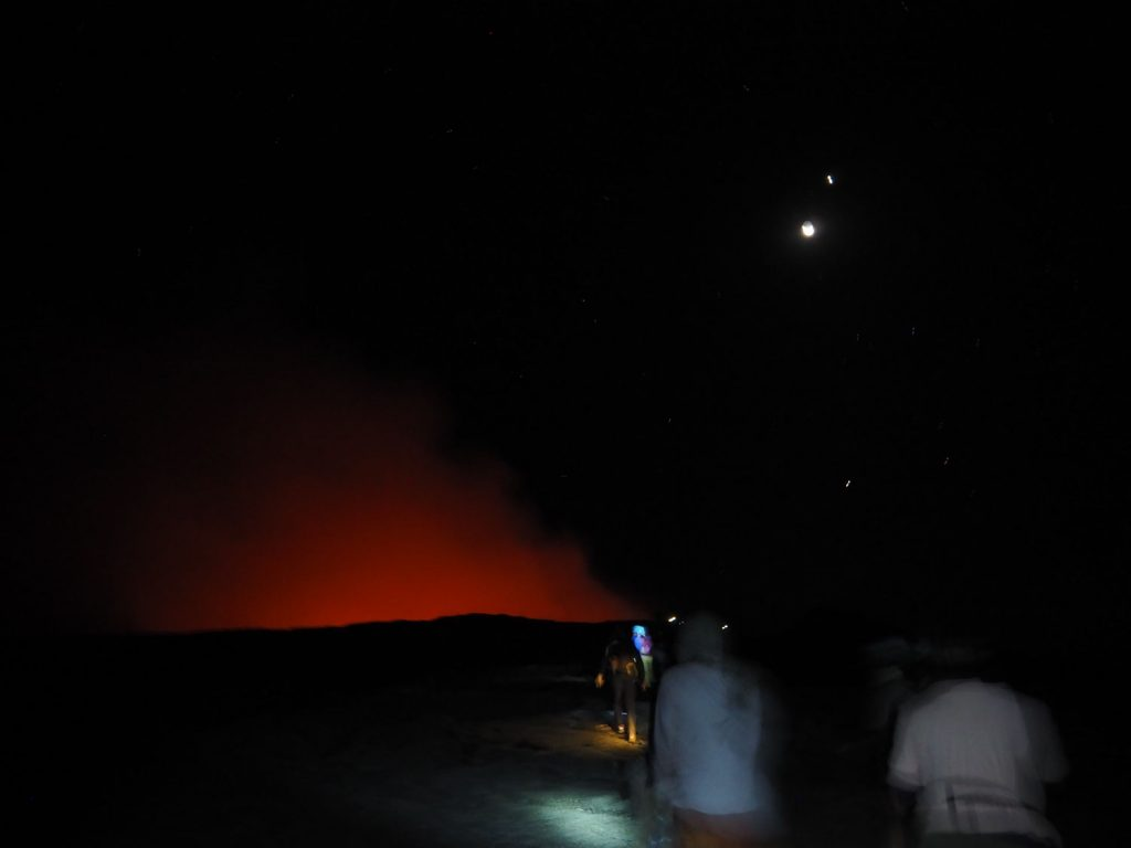頂上到着後、早速火口見学へ向かいます。 残念ながら昨年の噴火で溶岩湖の上を土が覆い、煌々と燃える溶岩流は眺めることができず、赤い煙からかすかに見える程度。まさに偉大なる地球相手。期待していた光景ではなかったけれど、臭い、熱気、固まったばかりの溶岩台地が砕ける音、火口近くに近寄れば近寄るほど、刻一刻と変化を続ける地球の息遣い、躍動を感じ取ることができました。