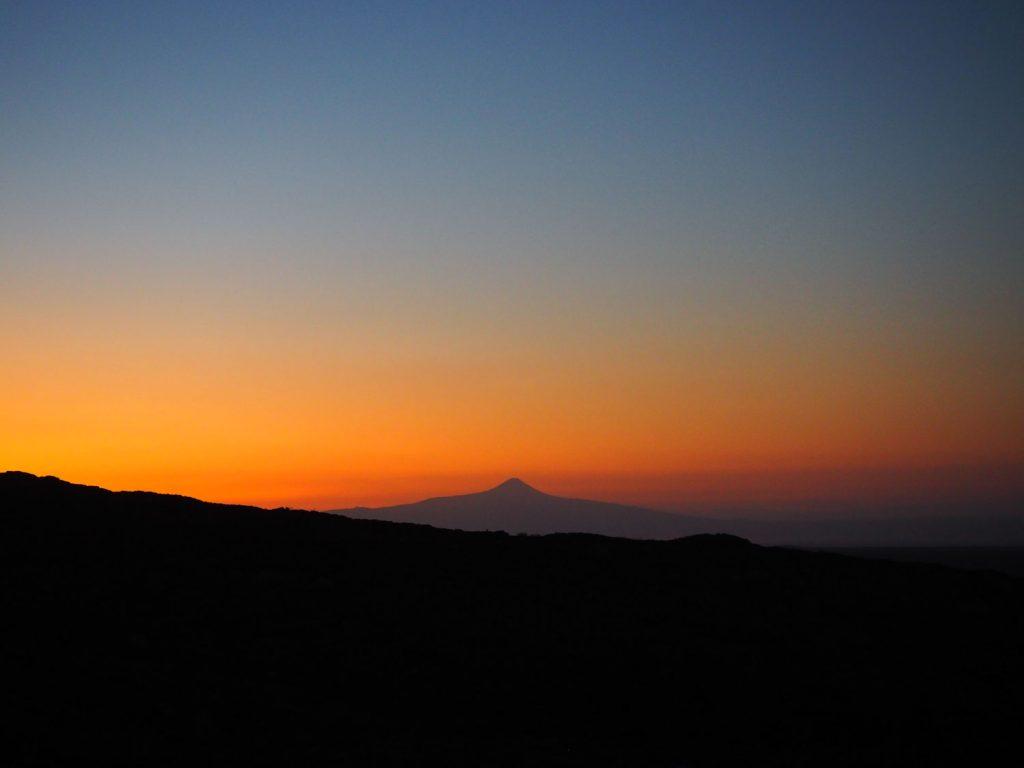 暗いうちに朝の火口見学を終え、下山。下山途中、足を止めて拝んだ朝焼け。
