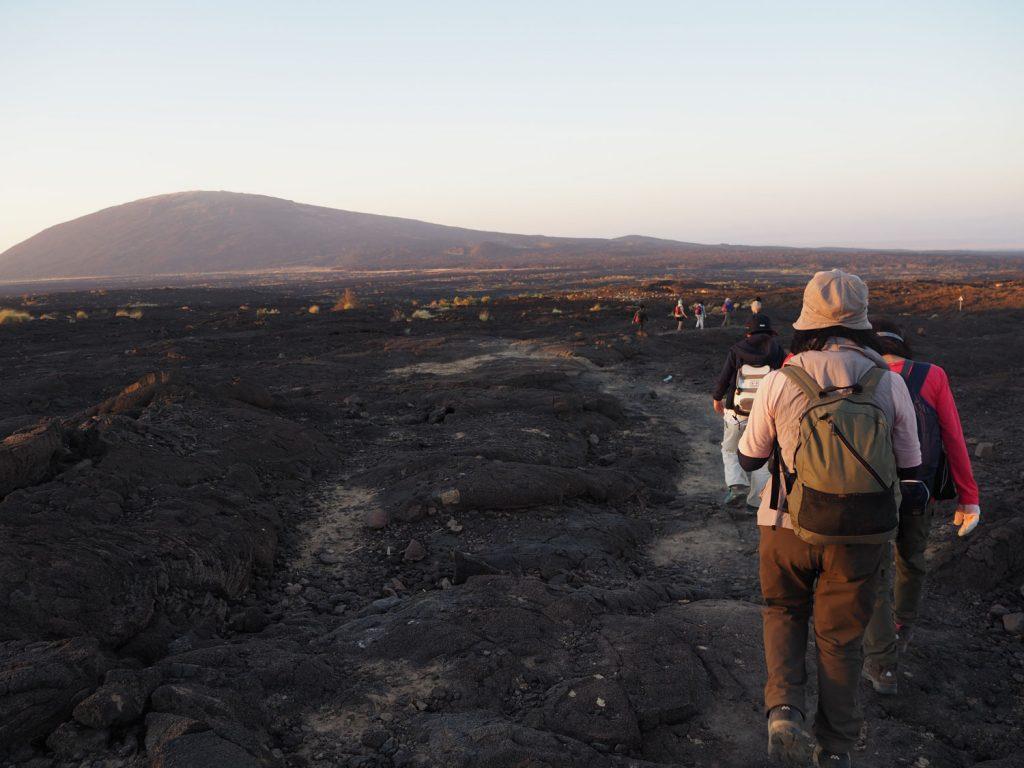 登っているときは真っ暗で分からなかった溶岩台地の景色。なんだか、登らせていただいているというような自然への感謝を感じてなりませんでした。
