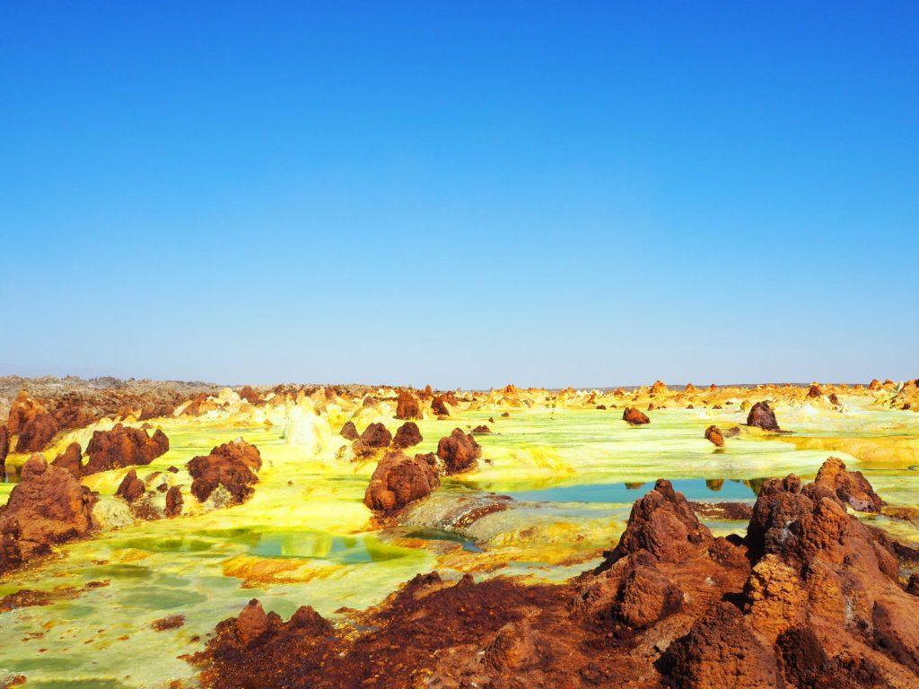 塩分や硫黄、カリウムなどを含む温泉が、地表に噴出し、鮮やかな極彩色の景色が広がるダロール火山。