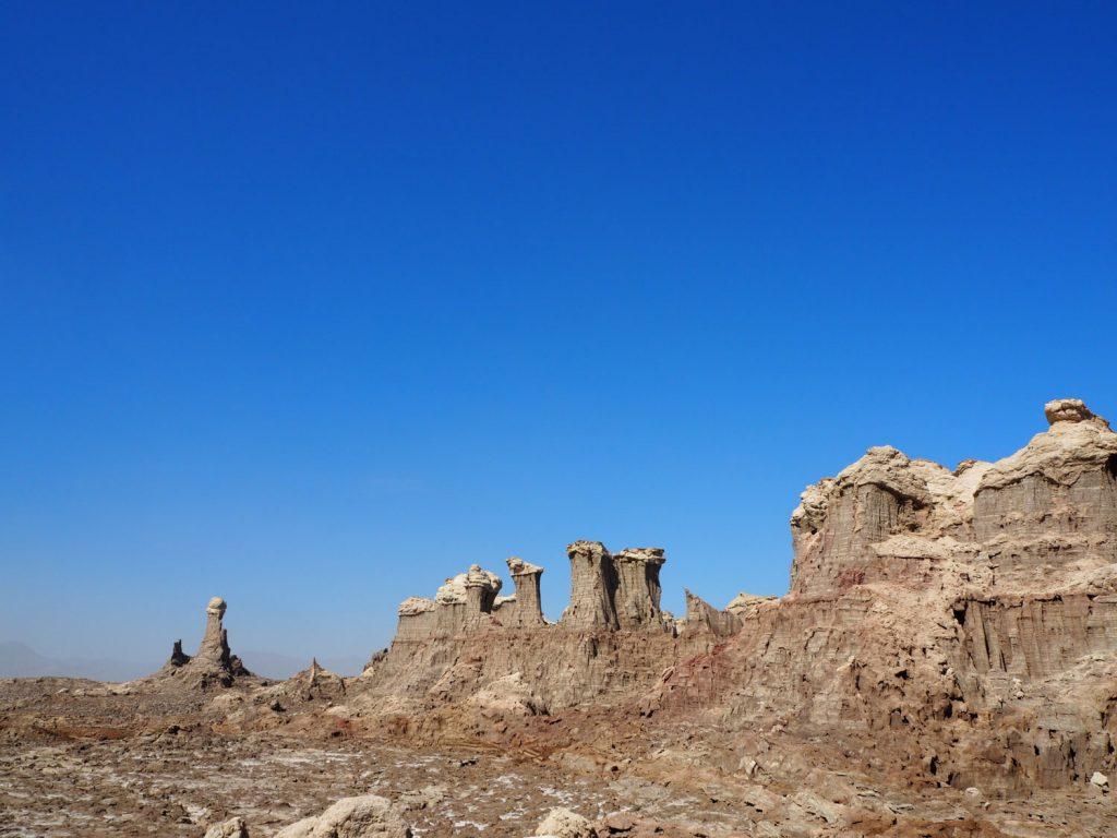ソルト・ビルディングと呼ばれる塩の奇岩群。長い歳月をかけて侵食を繰り返し、50mもの高さに及ぶほど。