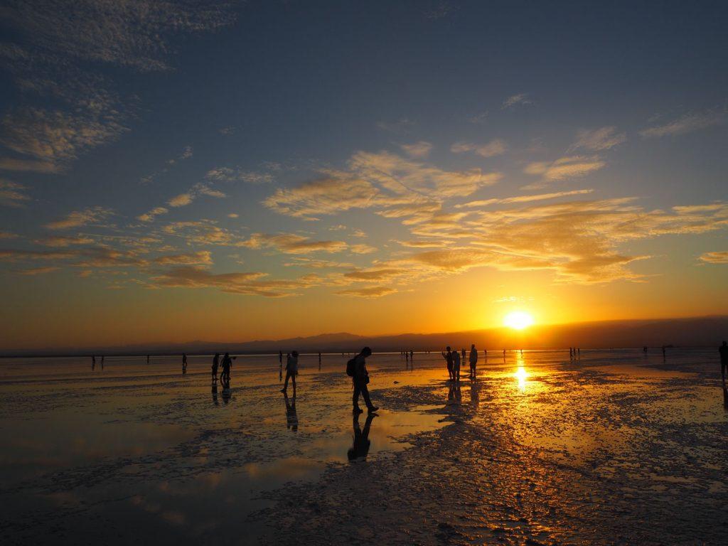 アサレ湖に沈む夕日。