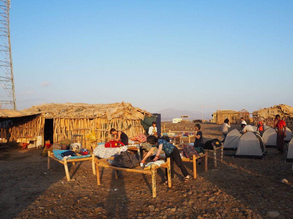 ダナキル北部アハメドエラのキャンプサイト。青空ベッドで2連泊。満天の星を眺めながら眠り、暖かな朝日と共に目が覚めるという贅沢な体験です。不便・何もないからこそ、五感が研ぎ澄まされ、自然の有難さを教えてくれました。