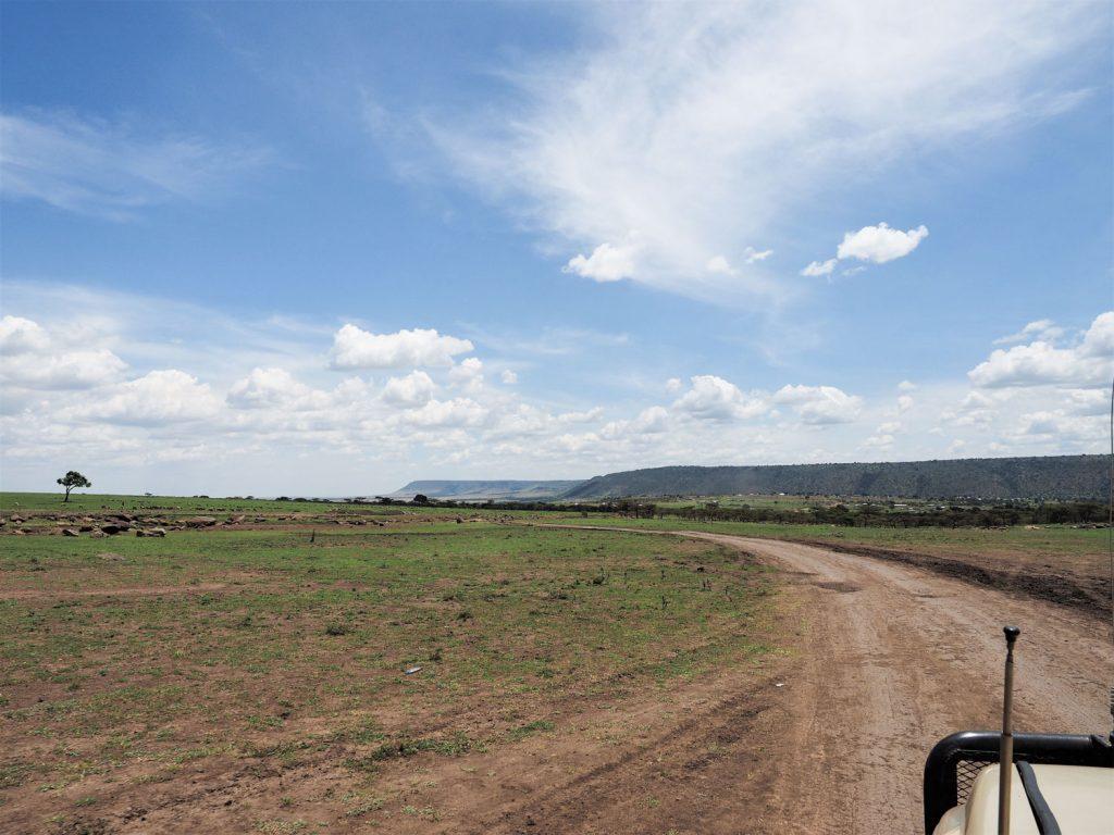 遠くに聳えるのが最初の目的地『オロロロの丘』