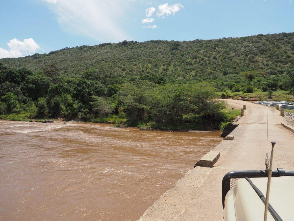 マラ・ノース保護区の中を流れる『マラ川』を渡ります。