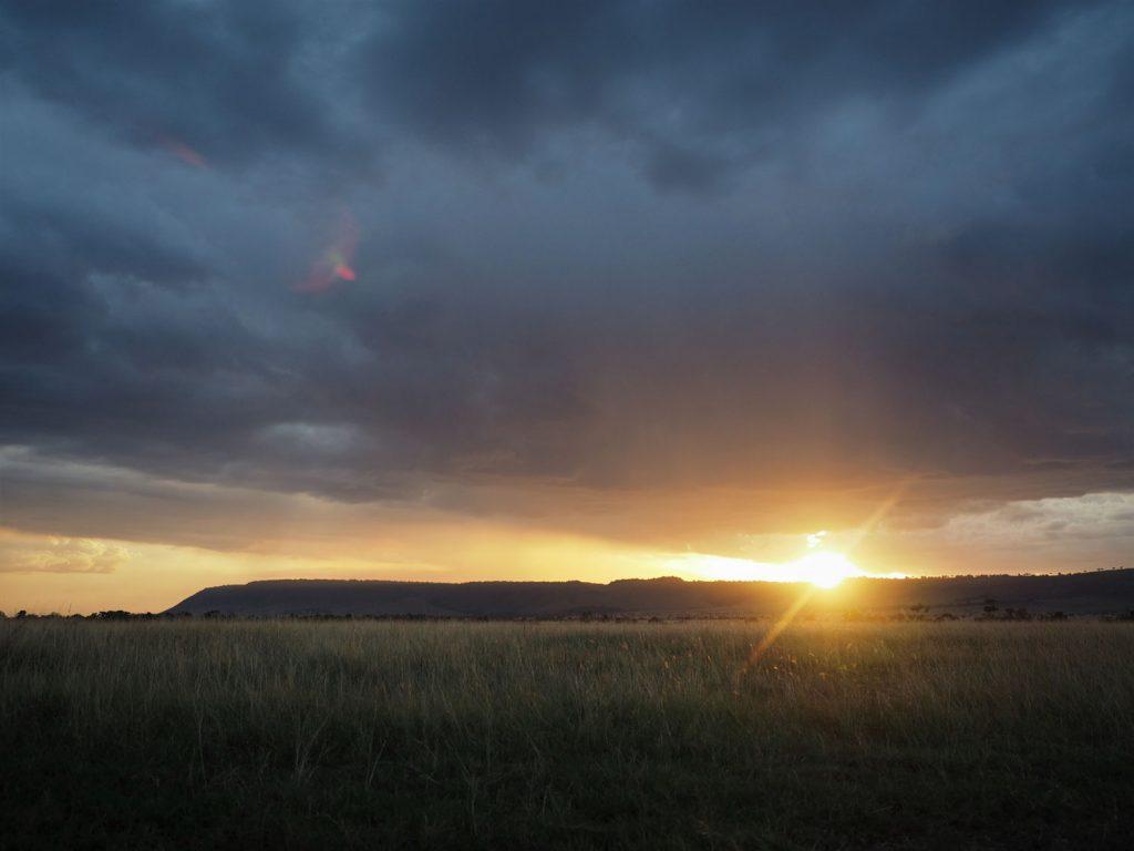 1日の終わり。オロロロの丘に夕日が沈んでいきます。
