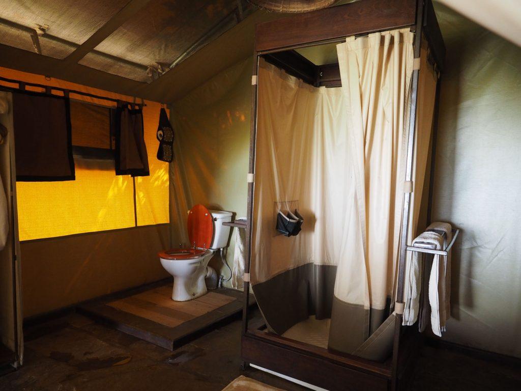 テントの奥にあるバスルームはこんな感じ。