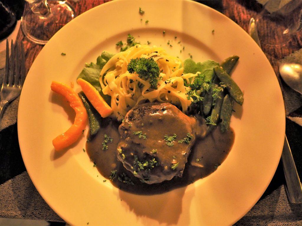 メインはお肉や魚、野菜料理から選びます。量も味も◎
