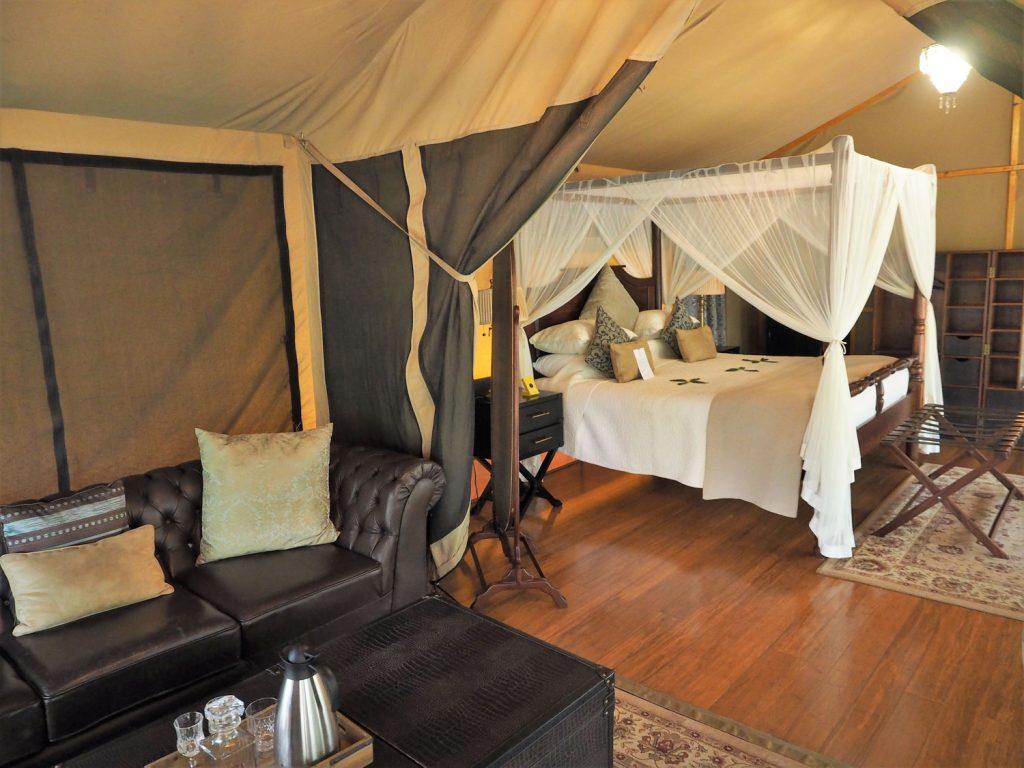 ですが、各テントはかなり大きなもので、ゆうに2部屋分以上の広さがあります。