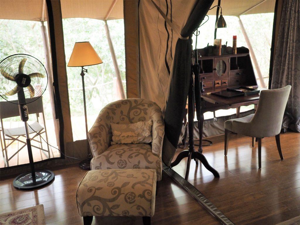 テントの中の家具はクラシックなデザインで統一されています。