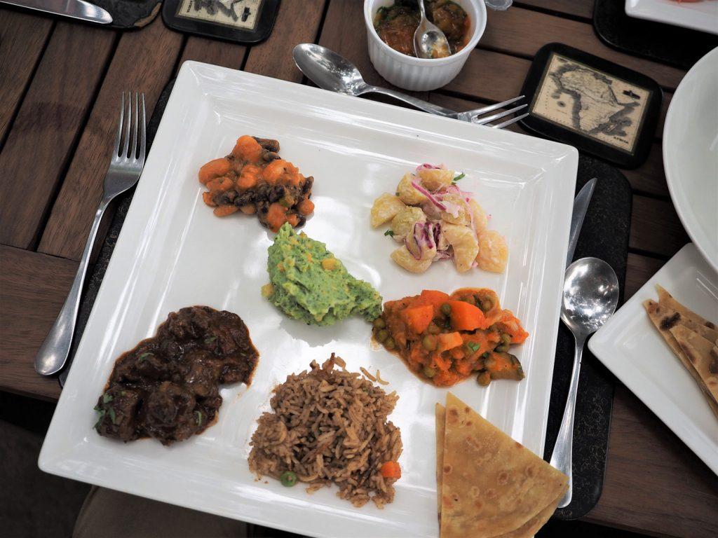 お昼ご飯はケニアのローカル料理プレート。ムキモ、カチュンバリ、ピラウ、チャパティといった地元の料理が並びます。