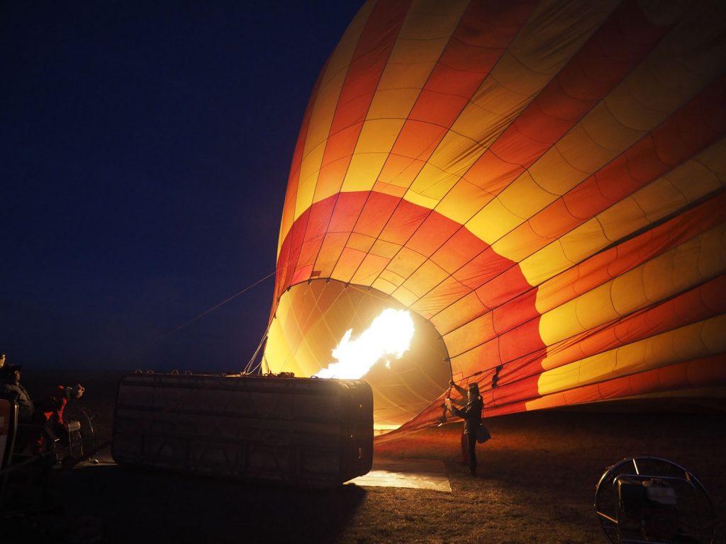 まだ日が昇る前にキャンプを出発。火を入れている気球へと向かいます。