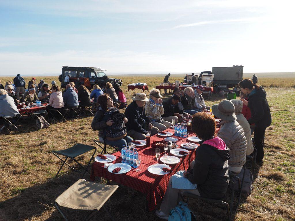 到着後は草原の中で朝食。