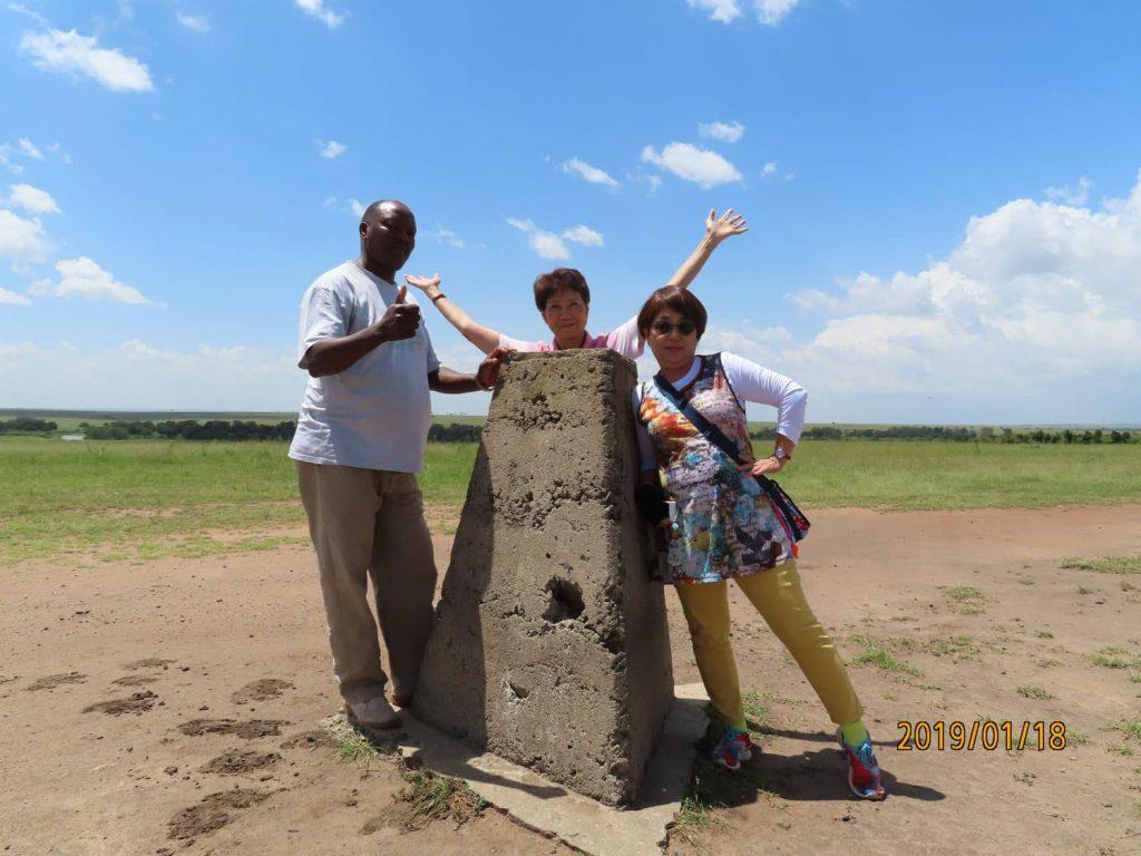 マサイ・マラ⇔セレンゲティ。ケニアとタンザニアの国境らしい。ドライバーのジョージの足元にあるのはタンザニアから入国したカバさんの足跡です!マサイ・マラ国立保護区。