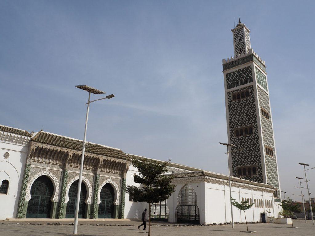人口の90%がイスラム教のセネガルは、フランス統治時代の雰囲気を残しつつもイスラムの建築物も数多く見かけます。3つの窓は過去・現在・未来を意味しているそうです。