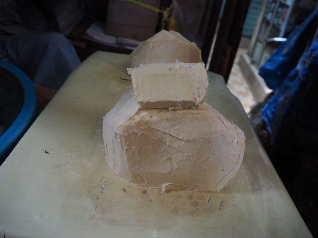 アフリカの方々の肌を守るシアバターも量り売り。