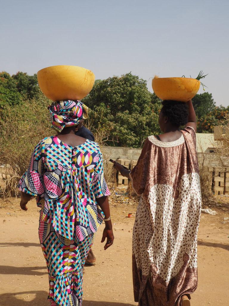 美しいアフリカ女性のシルエット。