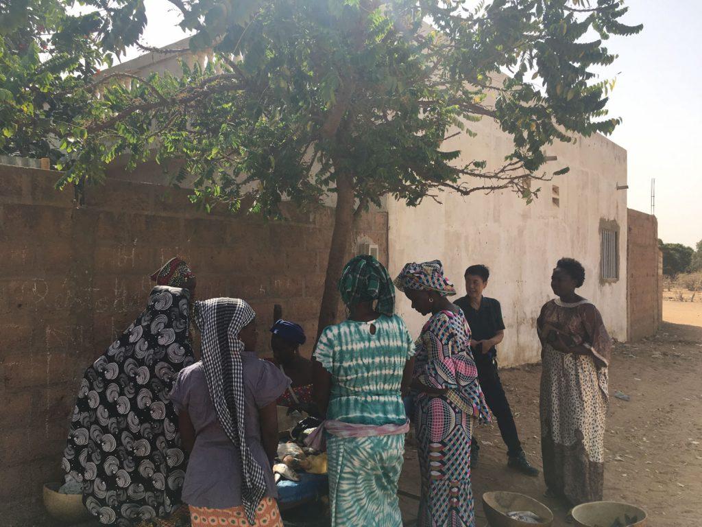 村の女性が集まる軒先商店。