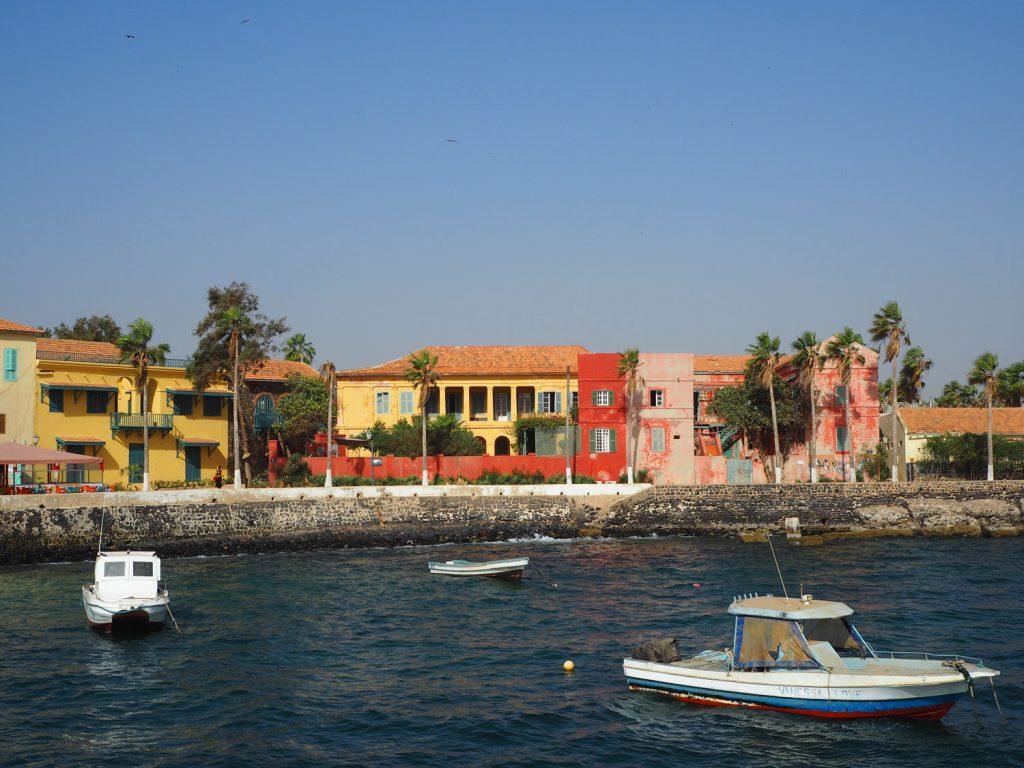 奴隷貿易が栄えた時代に建てられた色とりどりの建物。国ごとに色がきめられていたそうです。