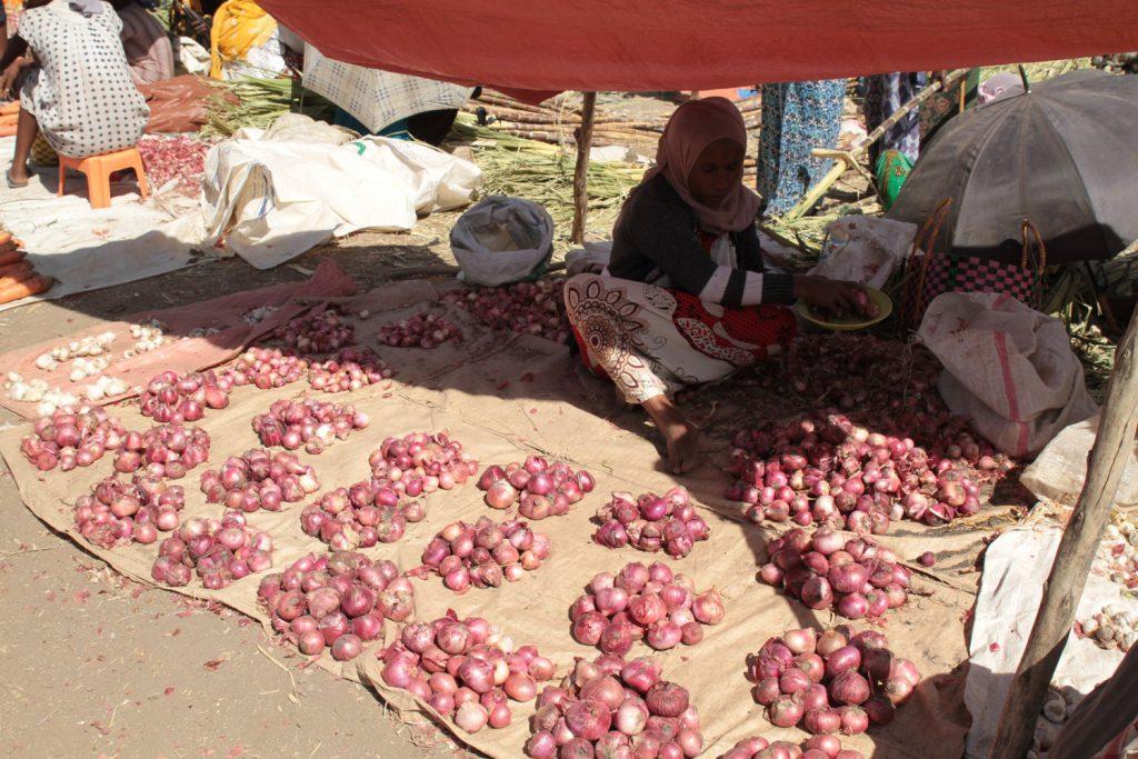 玉ねぎも綺麗に積まれて売られている