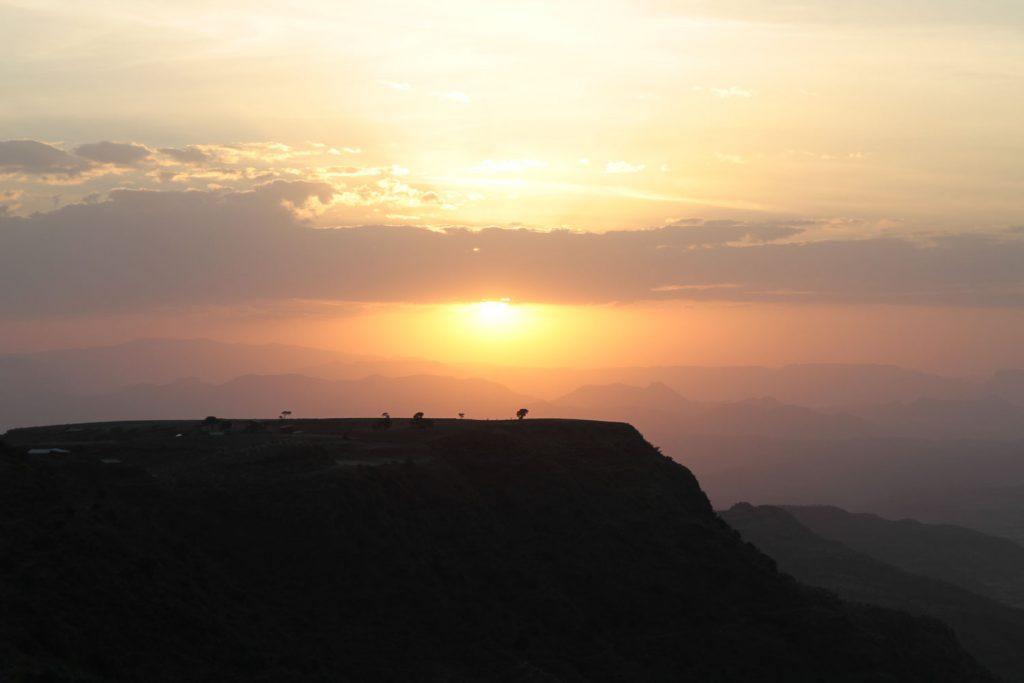 雄大な景色に落ちてゆく夕日