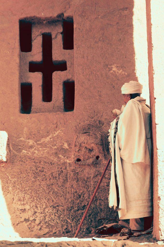 教会の前で聖書を読む老人