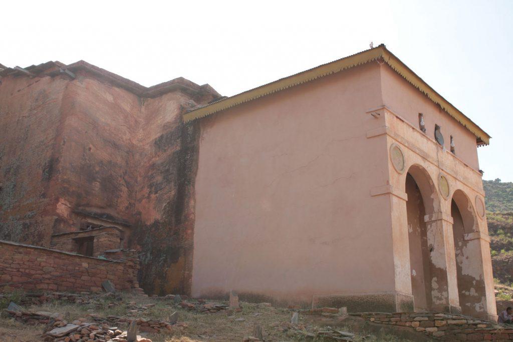 岩山の横腹を削って作られたアブラハ・アツヴェハ教会