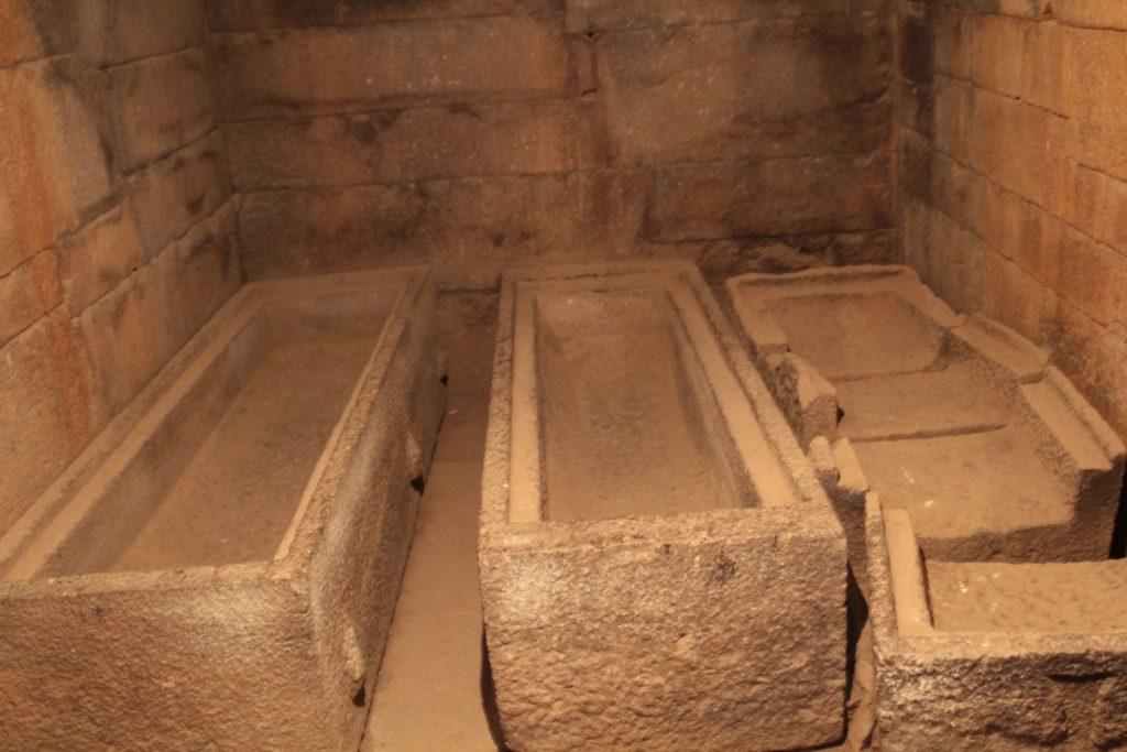カレブ王の墳墓内に残された石棺