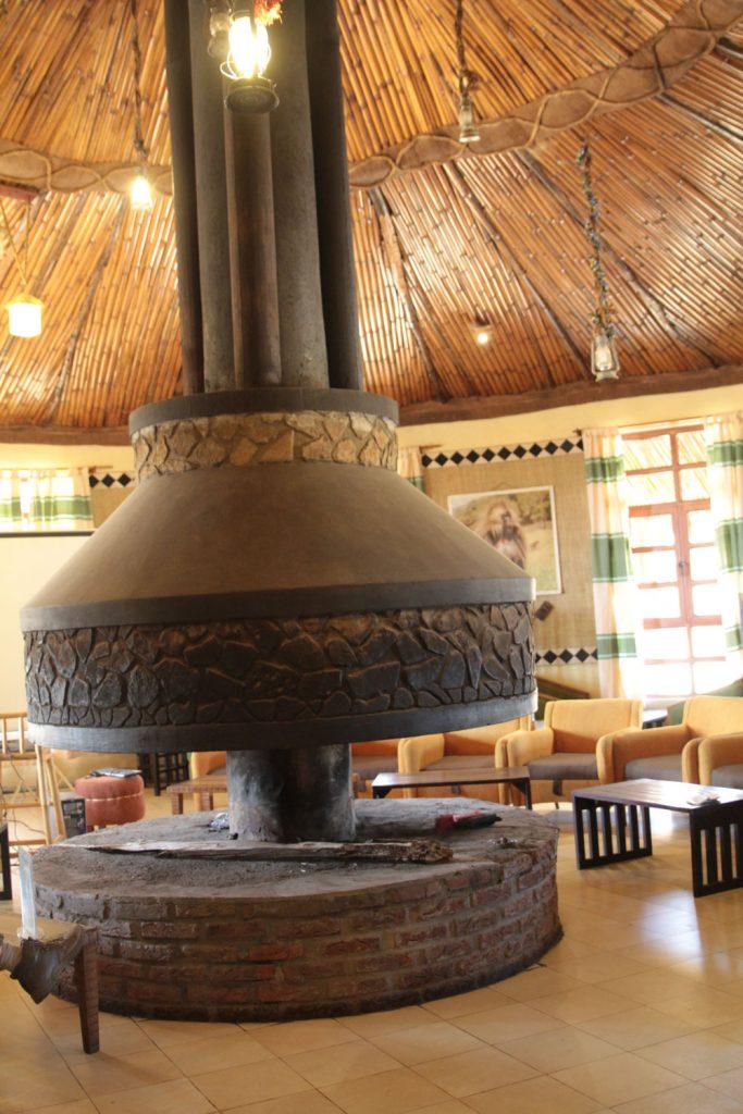 大きな暖炉のあるバーエリア