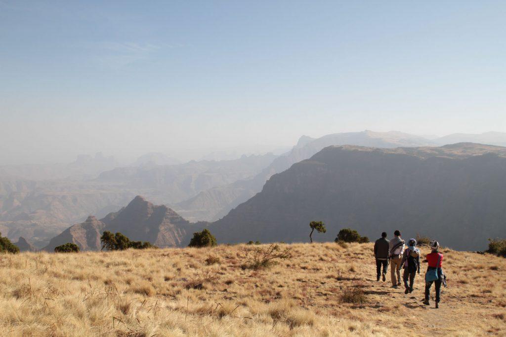 抜群の景色の中をハイキングします